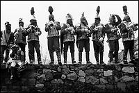 Giudei si radunano in gruppetti e suonano le trombe al passaggio della processione del Cristo.