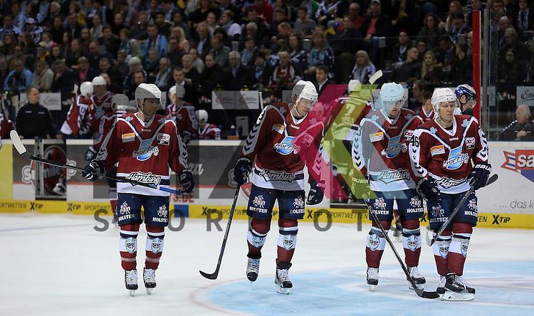 Eishockey DEL 2015 / 16 - 22.12.2015 29. Spieltag Hamburg Freezers vs. Eisbaeren Berlin<br /> Foto: Die Hamburger enttaeuscht v.l. Adam Mitchell (Hamburg), Morten Madsen (Hamburg), Julian Jakobsen (Hamburg) und Jonas Liwing (Hamburg)  beim Spiel in der DEL, Hamburg Freezers - Eisbaeren Berlin.<br /> <br /> Foto &copy; PIX-Sportfotos *** Foto ist honorarpflichtig! *** Auf Anfrage in hoeherer Qualitaet/Aufloesung. Belegexemplar erbeten. Veroeffentlichung ausschliesslich fuer journalistisch-publizistische Zwecke. For editorial use only.