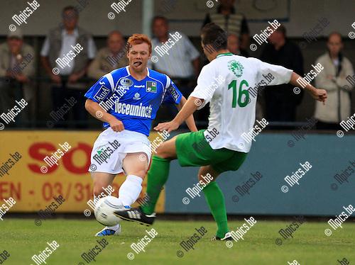 2010-08-14 / Voetbal / seizoen 2010-2011 / Dessel Sport - KSV Roeselare / Sven de Rechter met Agatino Pellegriti van Dessel (r)..Foto: mpics