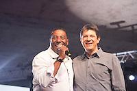 SAO PAULO, SP, 01 DE MAIO DE 2013 - FESTA CUT NO ANHANGABAÚ - O prefeito da cidade de São Paulo, Fernando Haddad e Netinho d e Paula na festa do dia do trabalho na praça do Anhangabaú em São Paulo. FOTO: MARCELO BRAMMER / BRAZIL PHOTO PRESS
