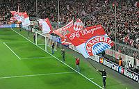 FUSSBALL   CHAMPIONS LEAGUE   SAISON 2011/2012  Achtelfinale Rueckspiel 13.03.2012 FC Bayern Muenchen - FC Basel  FC Bayern Muenchen Fahnenschwenker vor der Suedkurve