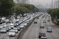 FOTO EMABRGADA PARA VEICULOS INTERNACIONAIS. SAO PAULO, SP, 25/10/2012, TRANSITO. O corredor norte sul apresenta trafego intenso na manha dessa Quinta Feira (25). Luiz Guarnieri/ Brazil Photo Press.