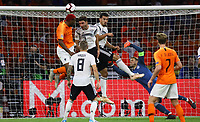 Kopfball Ryan Babel (Niederlande) gegen Jonas Hector (Deutschland Germany) und Mats Hummels (Deutschland Germany) leitet das 1:0 ein - 13.10.2018: Niederlande vs. Deutschland, 3. Spieltag UEFA Nations League, Johann Cruijff Arena Amsterdam, DISCLAIMER: DFB regulations prohibit any use of photographs as image sequences and/or quasi-video.