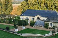 France, Indre-et-Loire (37), Rigny-Ussé, château et jardin d'Ussé en octobre, l'orangerie et la serre adossée, l'Indre derrière