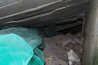 GUARULHOS, SP - 04-12-13 - DESABAMENTO DE PRÉDIO DE 5 ANDARES NA CIDADE DE GUARULHOS/SP. Bolsa de ar onde a provável vítima poderia se encontrar. Equipes do Corpo de Bombeiros continuam buscas a possível vítima. Foto: Geovani Velasquez / Brazil Photo Press