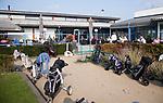 SCHIPLUIDEN - 2017 - Uitgeputt bij hole 19, het clubhuis, restaurant. Golfbaan DELFLAND . COPYRIGHT KOEN SUYK