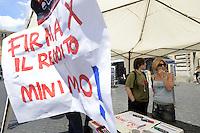Roma, 5 Luglio 2012.Largo Argentina.Sinistra Ecologia e Libertà raccoglie firme per la proposta di legge di iniziativa popolare per l'istituzione del reddito minimo garantito.