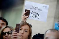 Roma, 13 Novembre 2018<br /> Giornalisti mostrano il tesserino professionale e espongono cartelli con scritto &quot;qui abita uno sciacallo&quot; durante un flash mob per denunciare gli attacchi politici contro la stampa, la libert&agrave; di informazione e i giornalisti da parte di esponenti del Governo .