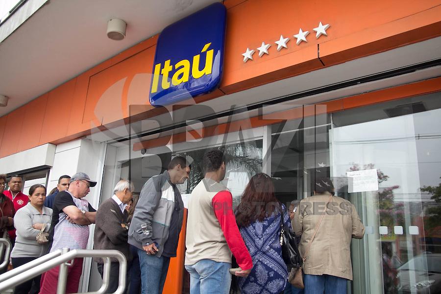 SAO PAULO, SP - 06.10.2015 - GREVE-BANCÁRIOS - Agencia bancária tem operação normal em dia de greve da categoria no bairro do na região sul de São Paulo na manhã desta terça-feira (06). A greve da categoria é uma resposta à proposta rebaixada da federação dos bancos (Fenaban) de 5,5% de reajuste para salários, PLR, vales e auxílios, que nem chega perto de cobrir a inflação de 9,88% no período (INPC) e representa perda de 4% para os trabalhadores. E nada para questões fundamentais para a categoria como melhorias nas condições de trabalho, saúde e garantia de emprego.<br /> <br /> (Foto: Fabricio Bomjardim / Brazil Photo Press)