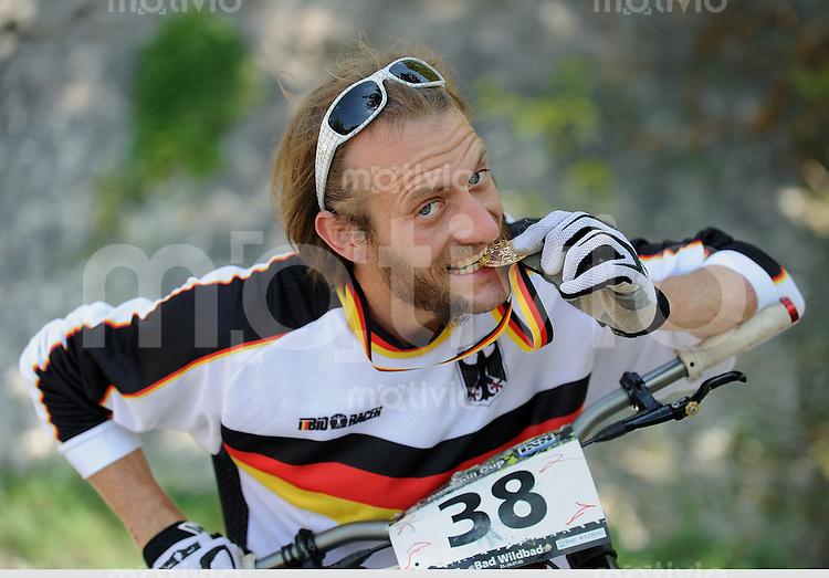Mountainbike  Downhill   06.08.2009 Deutscher  Master-Meister 2009 Thomas Schmitt (Tuebingen) beisst in seine Goldmedaille