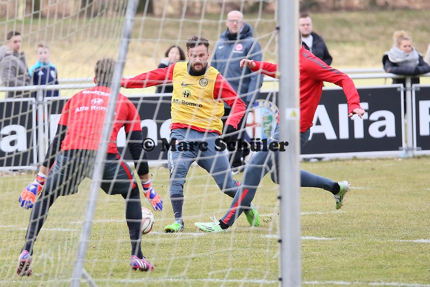 Haris Seferovic zieht ab gegen Marco Russ und Kevin Trapp - Eintracht Frankfurt Training, Commerzbank Arena