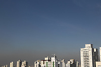 SAO PAULO, SP, 05-05-2014, CLIMA TEMPO. A segunda-feira (5) amanheceu com céu aberto em São Paulo, na região da Mooca. Luiz Guarnieri/ Brazil Photo Press.