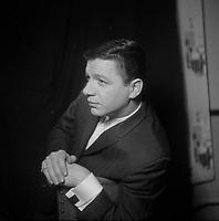 Portrait syudio du chanteur et comedien Claude Blanchard<br />  (date exacte inconnue)<br /> <br /> PHOTO :  Agence Quebec Presse - Roland Lachance