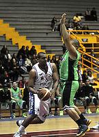 BOGOTA - COLOMBIA: 23-02-2015: R Gomez (Izq.) jugador de Guerreros de Bogota, disputa el balón con F Asprilla  (Der.) jugador de Llaneros de Villavicencio, durante partido entre Guerreros de Bogota y Llaneros de Villavicencio por la fecha 1 de la Liga Directv Profesional de Baloncesto I 2015 en partido jugado en el Coliseo El Salitre de la ciudad de Bogota. / R Gomez (L) player of Guerreros of Bogota, fights for the ball with F Asprilla  (R) player of Llaneros of Villavicencio, during a match between Guerreros of Bogota and Llaneros of Villavicencio, for the  date 1 of La Liga Directv Profesional de Baloncesto I 2015, game at the El Salitre Coliseum in Bogota City. Photo: VizzorImage / Luis Ramirez / Staff.