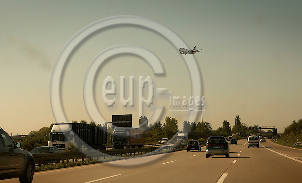 "DRESDEN - GERMANY 10. MAY 2006 -- An aero plane landing in Dresden airport over the autobahn A4 -- PHOTO: CHRISTIAN T. JOERGENSEN / EUP & IMAGES..This image is delivered according to terms set out in ""Terms - Prices & Terms"". (Please see www.eup-images.com for more details)"