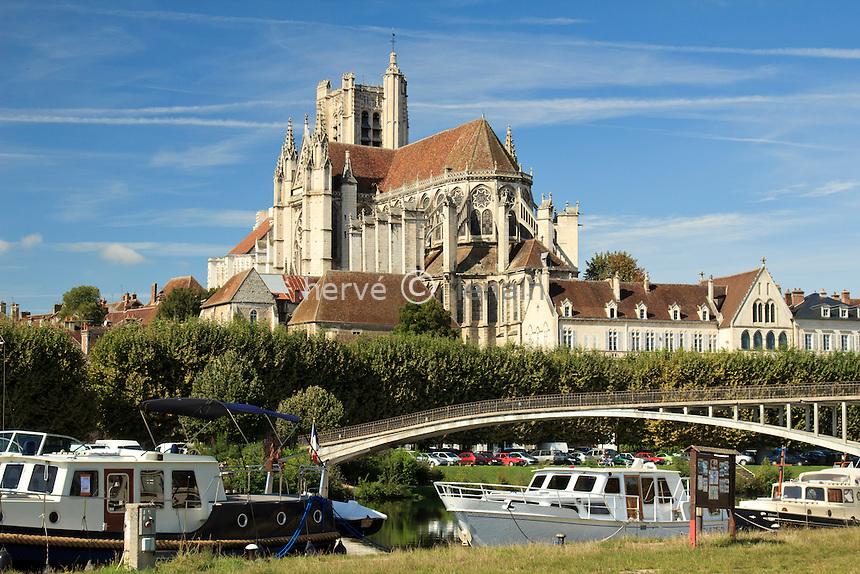 France, Yonne (89), Auxerre, l'Yonne et la cathédrale Saint-Etienne d'Auxerre // France, Yonne, Auxerre, the Yonne and the cathedral St Etienne of Auxerre