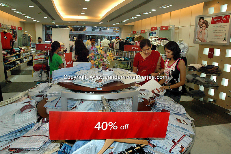 Indian people shopping at a plaza during yearly sale  in  Kolkata, India, Arindam Mukherjee