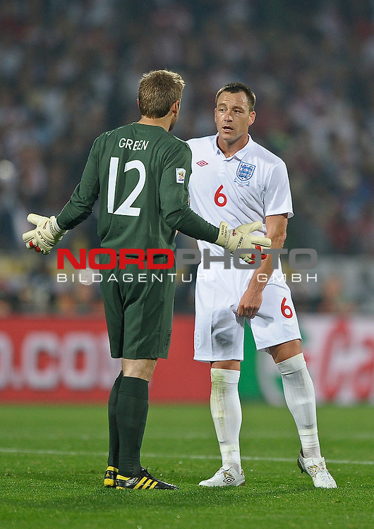 12.06.2010, Royal Bafokeng Stadium, Rustenburg, RSA, FIFA WM 2010, England (ENG) vs USA (USA), im Bild Robert Green of England speaks with John Terry of England,  Foto: nph /    Mark Atkins *** Local Caption *** Fotos sind ohne vorherigen schriftliche Zustimmung ausschliesslich f&uuml;r redaktionelle Publikationszwecke zu verwenden.<br /> <br /> Auf Anfrage in hoeherer Qualitaet/Aufloesung