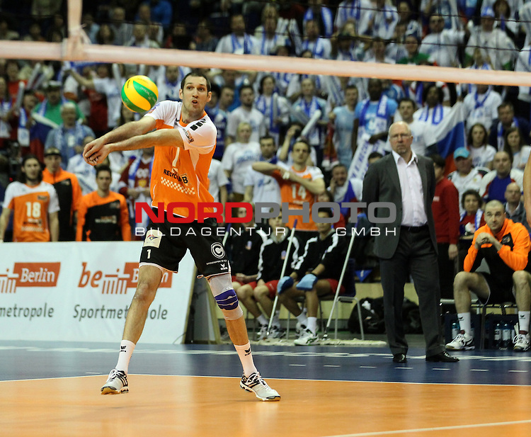 28.03.2015, Max Schmeling Halle, Berlin, GER, Berlin, 2015 CEV DenizBank Champions League Final Four , BR Volleys vs. Zenit Kazan, im Bild Scott Touzinsky (BR Volleys), Trainer Mark Lebedew (BR Volleys)<br /> <br />               <br /> Foto &copy; nordphoto /  Engler