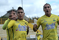 BOGOTA - COLOMBIA - 06-12-2015: Daniel Castaño (Cent.), jugador de Atletico Bucaramanga, celebra el gol anotado a Fortaleza FC, durante partido de ida de la final del Torneo Aguila II entre Fortaleza FC y Atletico Bucaramanga, jugado en el estadio Metropolitano de Techo de la ciudad de Bogota. / Daniel Castaño (C), player of Atletico Bucaramanga, celebrates a scored a goal to Fortaleza FC, during a match for the first leg for  the  final of the Torneo Aguila II between Fortaleza FC and Atletico Bucaramanga, ?? played at the Metropolitano de Techo stadium in Bogota. Photo: VizzorImage / Luis Ramirez / Staff.