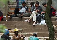 ATENCAO EDITOR IMAGEM EMBARGADA PARA VEICULOS INTERNACIONAIS -  SAO PAULO, SP, 11 JANEIRO 2013 - CIDADANIA - DEPENDENTES QUIMICOS - Moradores de rua usam na regiao da Praca da Se, apos o prefeito Fernando Haddad anunciar o novo Minstro dos Direitos Humanos de Sao Paulo. O Governador Geraldo Alckmin  assina na tarde hoje na Palacio dos bandeirantes documento que viabializa a internacao obrigadoria dos usuarios de crack de Sao Paulo. (FOTO: AMAURI NEHN / BRAZIL PHOTO PRESS).