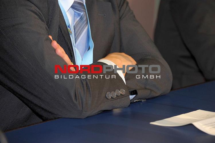 17.02.2010, , Duisburg, GER, Pressekonferenz vor dem Spiel anlaesslich des Integrationspreis 2009 im gekreuzte Arme von Dr. Theo ZWANZIGER                                                                                             Foto © nph (  nordphoto  )