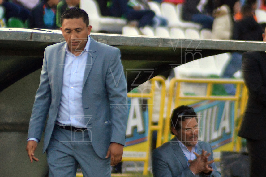TUNJA -COLOMBIA, 13-05-2017: Diego Andrés Corredor técnico de Patriotas FC gesticula durante partido contra Atletico Nacional por la fecha 18 de la Liga Águila I 2017 realizado en el estadio La Independencia de Tunja. / Diego Andrés Corredor coach of Patriotas FC gestures during match against Atletico Nacional for the date 18 of Aguila League I 2017 played at La Independencia stadium in Tunja. Photo: VizzorImage / Jose M Palencia  / Cont