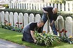 Foto: VidiPhoto<br /> <br /> RHENEN &ndash; Bloembollenkweker JUB Holland uit Noordwijkerhout is woensdag de &lsquo;held&rsquo; van De Grebbeberg. Nadat hij het nieuws hoorde dat noodweer de helft van de -inmiddels geruimde- 10.000 tulpen bij de graven op het militaire Ereveld had verwoest, schonk hij spontaan enkele duizenden nieuwe exemplaren. Precies op tijd om ze nog in de grond te zetten. Medewerkers van de Oorlogsgravenstichting (OGS) waren daar woensdag tot laat in de middag mee bezig. Vrijdag moeten tulpen volop in bloei staan. Kweker Dolf Uittenbogaard van JUB: &ldquo;Deze jongens hebben hun leven gegeven in de strijd tegen Duitse bezetter.&rdquo; Beheerder Charles Willemsen zegt &ldquo;dolblij te zijn met dit fantastische initiatief. Anders had het Ereveld er vrijdag een stuk minder representatief uitgezien.&rdquo;Met de nieuwe voorjaarsbloeiers is de nationale driekleur bij elk graf toch weer hersteld: oranje en rode tulpen, witte zerk en blauwe viooltjes. Komende vrijdag wonen prinses Margriet en mr. Pieter van Vollenhoven de nationale herdenking in Rhenen bij. Militair Ereveld de Grebbeberg is de eerste oorlogsbegraafplaats van Nederland. Regelmatig worden er militairen uit de Tweede Wereldoorlog herbegraven die elders in Nederland zijn gesneuveld en in familiegraven lagen begraven. Het ereveld telt nu ruim 850 graven. Sinds 1946 doet deze begraafplaats dienst als een van de drie nationale herdenkingsplekken.