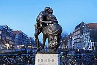 Nederland Amsterdam 2019. Bredero monument bij de Nieuwmarkt. Het monument is gemaakt ter herdenking van de 350ste sterfdag van dichter en toneelschrijver Gerbrand Adriaensz Bredero (1585-1618). Het beeld toont een scène uit het stuk De Spaansche Brabander (1617) waar de hoofdrolspeler een dame van lichte zeden probeert te zoenen. Het beeld staat sinds 1968 op de Nieuwmarkt en is gemaakt door Piet Esser. Foto Berlinda van Dam / Hollandse Hoogte