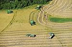 URUGUAY Bella Uniòn , 2100 Hektar Farm der Brueder Karol und Aleco Pinczak, Nachkommen polnischer Einwanderer, Reis Ernte mit John Deere Maehdrescher , Erntertrag 10 Tonnen pro Hektar, Reisfelder wurden durch Wasser vom Fluss Uruguay bewaessert /  URUGUAY Bella Union, 2100 hectares farm, paddy harvest with John Deere combine, GMO free rice is supplied to Saman Rice Mill, yield 10 tons per hectare, rice fields irrigated with water from river Uruguay