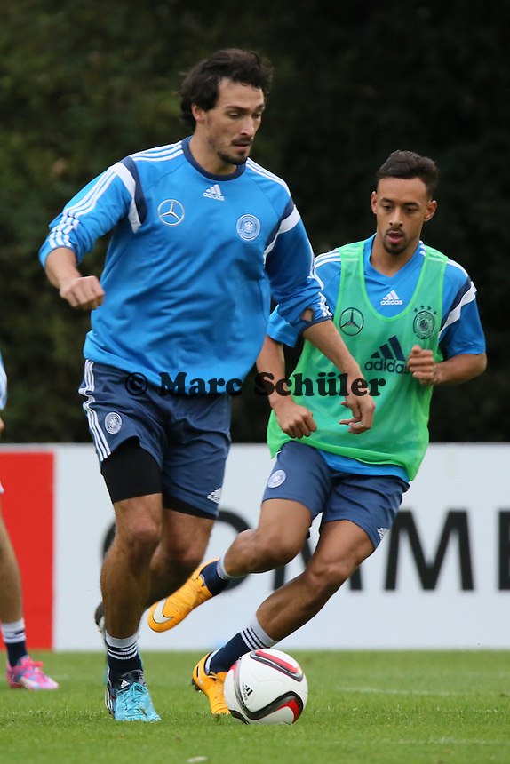 Mats Hummels gegen Karim Bellarabi - Training der Deutschen Nationalmannschaft in Frankfurt