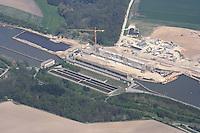 4415/Schleuse Esterholz:DEUTSCHLAND, NIEDERSACHSEN,  14.05.2005: .30 Millionen Euro Mehrkosten ,  Schleuse Esterholz im Elbe-Seitenkanal um ein Drittel teurer. Der Bau einer neuen Schleuse bei Esterholz (Landkreis Uelzen) im Elbe-Seiten-Kanal wird zu einer immer staerkeren Haushaltsbelastung für den ohnehin hoch verschuldeten Bund. In einem ersten Schub im Zeitraum 1999 bis 2002 waren die veranschlagten Baukosten von 92 Mio. Euro bereits auf 110 Mio. Euro (+20 %) geklettert. Der sandige Untergrund der Schleusenkammer hatte seinerzeit erhoehte Gruendungskosten der Schleusenwanne erfordert, die mit 285 m Länge und 90 m Breite das groesste deutsche Schleusenbauwerk für die Binnenschifffahrt darstellt. 16.000 Betonsaeulen mussten in den Heidesand gesetzt werden.  Immer wieder traten Lecks in der Betonsole auf, deren aufwaendige Abdichtung zusaetzlich zu Bauzeitverzoegerungen von 23 Monaten fuehrten. In der Planungsphase wurde offensichtlich die Beschaffenheit des Bodens nicht richtig eingeschaetzt..