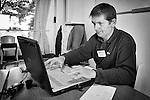 Denis est le bénévole qui s'occupe du matériel informatique au Repair Café de Beaufort-en-Vallée (Maine-et-Loire).  Mais il s'occupe aussi de dénicher les pièces détachées sur Internet…