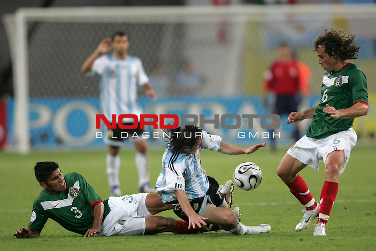 FIFA WM 2006 - Round Of Sixteen / Achtelfinale<br /> Play #50 (24-Jun) - Argentina vs Mexico.<br /> Lionel Messi (M) from Argentina and Carlos Salcido (l) and Gerardo Torrado (r) from Mexico fight for the ball during the match of the World Cup in Leipzig.<br /> Foto &copy; nordphoto