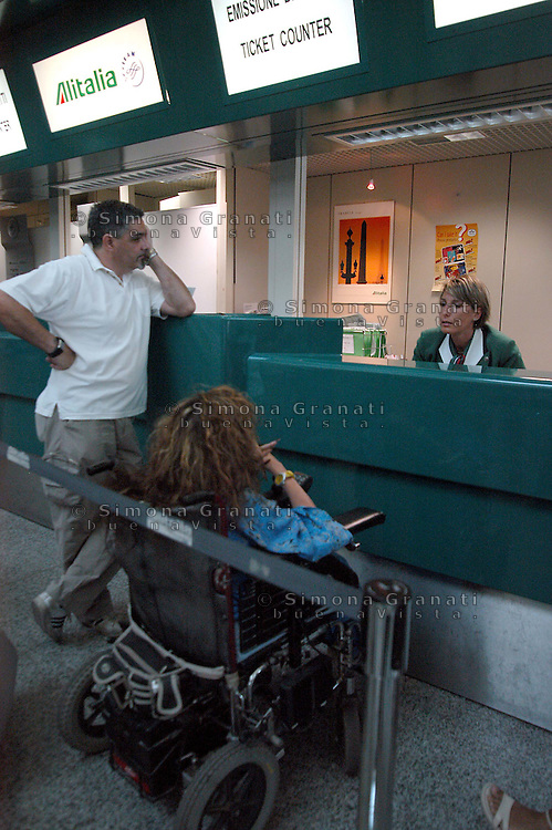Roma, 18 luglio 2005.Aeroporto Leonardo da Vinci.Ileana Argentin consigliera delegata per l'handicap al comune di Roma in aeroporto per mostrare le difficoltà incontrate da una disabile e spesso l'impossibilità di viaggiare..Rome, July 18, 2005.Leonardo da Vinci Airport.Ileana Argentin Councillor delegate for the handicap to the municipality of Rome to the airport to show the difficulties faced by a disabled person and often the inability to travel.