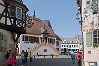 Deutschland, Rheinland-Pfalz, Deidesheim: das historische Rathaus und Hotel Deidesheimer Hof mit Restaurant Schwarzer Hahn am Marktplatz | Germany, Rhineland-Palatinate, Deidesheim: historic townhall and Hotel Deidesheimer Hof with Restaurant Schwarzer Hahn at Markt Square