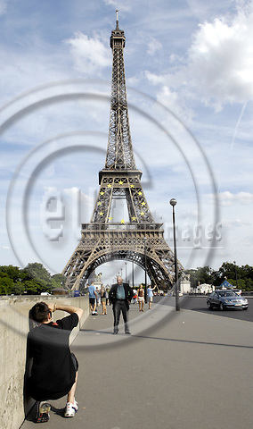 Paris-France, 04 July 2008 -- The Eiffel Tower decorated with twelve yellow / golden stars to manifest the EU-Presidency under France for the second half of 2008; with tourists taking pictures / photographs on Pont d'Iéna; tourism, photography -- Photo: Horst Wagner / eup-images