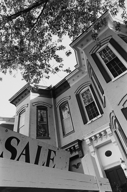 House for sale on Capitol Hill on Oct. 10, 1994. (Photo by Chris Martin/CQ Roll Call via Getty Images)