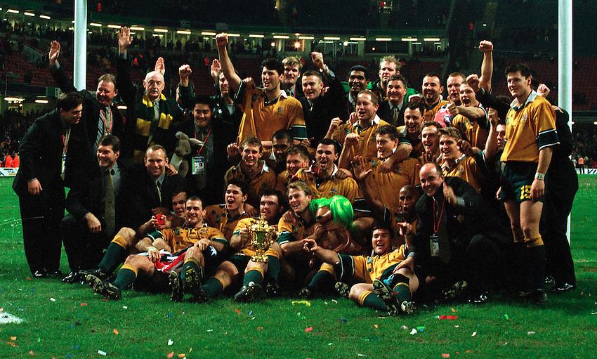 Photo. Garvin Davies.Australia v France. 6/11/99..Australian team celebrate with the Trophy.