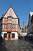 Fachwerkfassade des Weinhaus Zum Spiegel und Blick durch den Leichhof zum Mainzer Dom