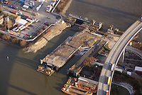 Neubau der Rugenberger Schleuse: EUROPA, DEUTSCHLAND, HAMBURG, (EUROPE, GERMANY), 30.12.2012 Neubau der Rugenberger Schleuse unterhalb der Koehlbrandbruecke. Dafuer muss die Stroemungsschleuse, die pro Jahr 22.000 Mal von Schiffen passiert werde, bis voraussichtlich Ende 2014 gesperrt werden.
