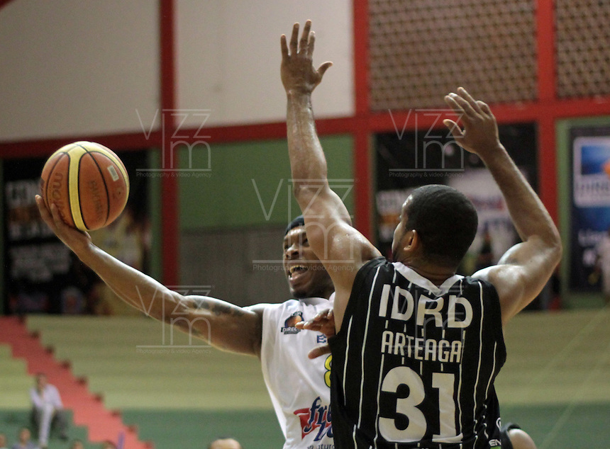BUCARAMANGA -COLOMBIA, 30-05-2013. Nicholas Covington (I) de Búcaros disputa el balón con Edgar Arteaga (D) de Piratas durante el juego 3 de los PlayOffs de la  Liga DirecTV de baloncesto Profesional de Colombia realizado en el Coliseo Vicente Díaz Romero de Bucaramanga./  Nicholas Covington (L) of Bucaros fights for the ball with Piratas player Edgar Arteaga (R) during the PlayOffs game 3 of  DirecTV professional basketball League in Colombia at Vicente Diaz Romero coliseum in Bucaramanga. Photo:VizzorImage / Jaime Moreno / STR
