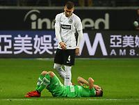 Thorgan Hazard (Borussia Mönchengladbach) verletzt, Ante Rebic (Eintracht Frankfurt) daneben - 26.01.2018: Eintracht Frankfurt vs. Borussia Moenchengladbach, Commerzbank Arena