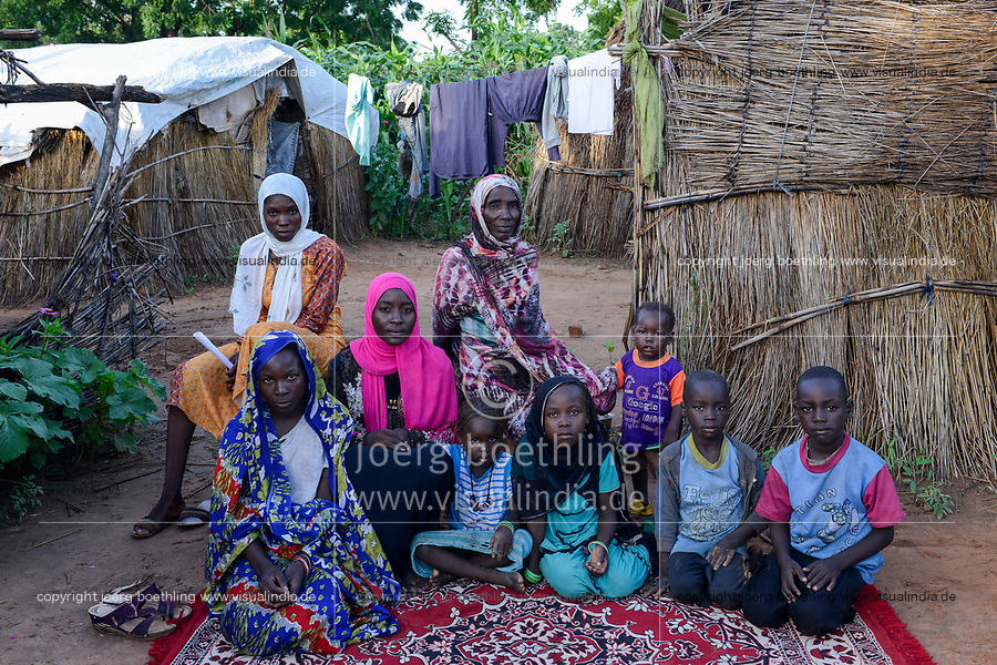 CHAD, Goz Beida, refugee camp Djabal for refugees from Darfur, Sudan, family sitting on carpet / TSCHAD, Goz Beida, Fluechtlingslager Djabal fuer Fluechtlinge aus Darfur, Sudan, storytelling Gruppe, Rashia mit ihrer Familie