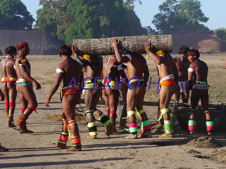 Grandes planta&ccedil;&otilde;es de soja, milho e algod&atilde;o cercam o Parque Ind&iacute;gena do Xingu (PIX) .<br /> Habitados pelas etnias Aweti, Ikpeng, Kaiabi, Kalapalo, Kamaiur&aacute;, Kĩs&ecirc;dj&ecirc;, Kuikuro, Matipu, Mehinako, Nahuku&aacute;, Naruvotu, Wauja, Tapayuna, Trumai, Yudja, Yawalapiti, o parque ocupa &aacute;rea de 2.642.003 hectares na regi&atilde;o nordeste do Estado do Mato Grosso, <br /> De acordo com o IMEA - Instituto Mato-Grossense de Economia Agropecu&aacute;ria declarou &uacute;ltimo dia 7 de agosto de 2015 no informativo 365 divulgou dados novos das safras de soja em MT com a safra 14/15<br /> consolidando-se com mais um ano de &aacute;rea e produ&ccedil;&atilde;o recordes. Por meio do m&eacute;todo de Sensoriamento Remoto<br /> a nova &aacute;rea de 9,01 milh&otilde;es de hectares apresenta-se 6,8% acima da &aacute;rea da safra 13/14. A produtividade j&aacute;<br /> consolidada de 51,9 sc/ha elevou a produ&ccedil;&atilde;o para 28,08 milh&otilde;es de toneladas. Os novos dados da safra 15/16<br /> aumentaram ainda mais a expectativa de safra recorde j&aacute; esperada no &uacute;ltimo relat&oacute;rio. A nova &aacute;rea de 9,2 milh&otilde;es<br /> de hectares baseia-se na convers&atilde;o de &aacute;rea de pastagem em agricultura observada h&aacute; algumas safras. A<br /> continuidade de investimento em tecnologia da nova safra eleva a proje&ccedil;&atilde;o de produtividade para 52,6 sc/ha,<br /> refletindo sobre a produ&ccedil;&atilde;o que deve bater um novo recorde em 2016, de 29 milh&otilde;es de toneladas. Apesar do<br /> crescimento cont&iacute;nuo, a nova temporada deve atingir o menor avan&ccedil;o da produ&ccedil;&atilde;o desde a safra 10/11. <br /> Quer&ecirc;ncia, Mato Grosso, Brasil.<br /> Foto Eric Stoner<br /> 24 e 25 de 07/2015