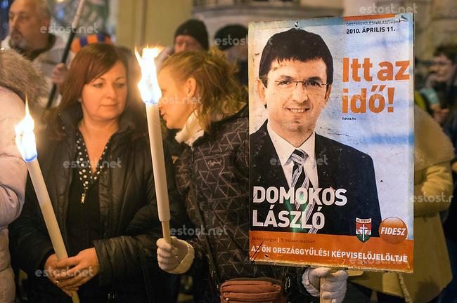 UNGARN, 12.2017, Budapest - VI. Bezirk. Demonstration der rechtsextremen Partei Jobbik vor der Fidesz-Parteizentrale gegen den Versuch der Fidesz-Regierung, sie &uuml;ber Millionen-Euro-Strafen des Rechnungshofes an der Teilnahme an der Parlamentswahl 2018 zu hindern. Jobbik ist die staerkste Herausfordererin und versucht sich gerade selbst in einer demokratischen Wende. &ndash; L&aacute;szl&oacute; Domokos, 2010 noch Fidesz-Parlamentskandidat, leitet heute den Rechnungshof. | Protest of the far-right party Jobbik in front of the Fidesz party headquarters against the Fidesz-government's attempt to prevent them from taking part in the 2018 parliamentary elections by having the Court of Auditors fine them millions of Euros for party-financing misconduct. Jobbik is the govenment's strongest challenger and right now trying to give the party a democratic turn. &ndash; Laszlo Domokos, in 2010 still just a Fidesz parliamentary candidate, is today president of the Court.<br /> &copy; Martin Fejer/estost.net