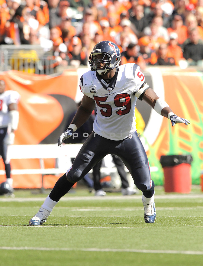 DEMECO RYANS, of the Houston Texans  in action during the Texans game against Cincinnati Bengals in Cincinnati, OH on October 18, 2009.  The Texans  beat the Rams 28-17..