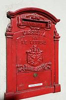 Italien, Piemont, Langhe, Barolo: roter Hausbriefkasten | Italy, Piedmont, Langhe, Barolo: red letterbox