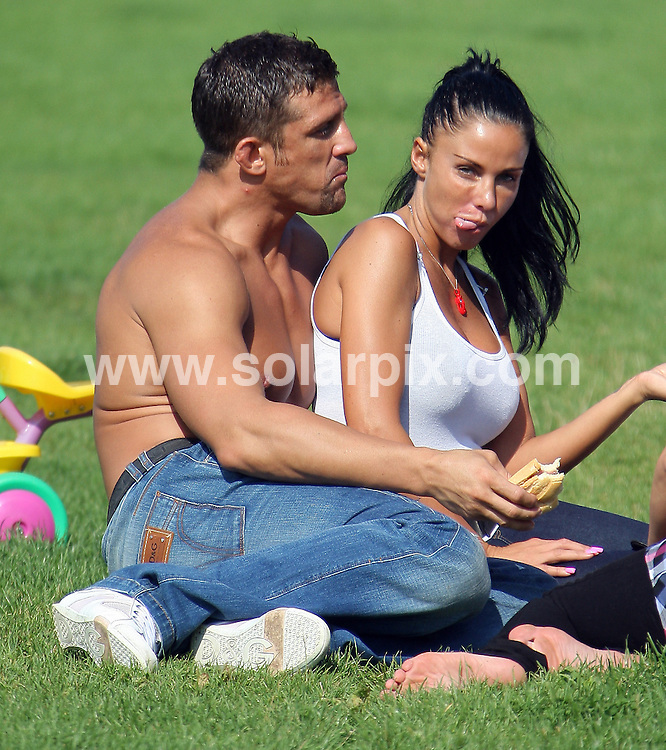 **ALL ROUND PICTURES FROM SOLARPIX.COM**.**WORLDWIDE SYNDICATION RIGHTS**.Katie Price and children go on a picnic to Stammer Park near Brighton with her new boyfriend, cage fighter Alex Reid. They take her pink horse truck..JOB REF:  9756   GRR       DATE:  13.08.09.**MUST CREDIT SOLARPIX.COM OR DOUBLE FEE WILL BE CHARGED**.**ONLINE USAGE FEE  GBP 50.00 PER PICTURE - NOTIFICATION OF USAGE TO PHOTO @ SOLARPIX.COM**.**CALL SOLARPIX : +34 952 811 768 or LOW RATE FROM UK 0844 617 7637**