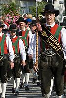 Italien, Suedtirol, Meran: Trachtenumzug waehrend des Traubenfestivals, Trachtengruppe und Musikkapelle aus dem Jaufental   Italy, South-Tyrol, Alto Adige, Merano: parade in traditional costumes during wine festival